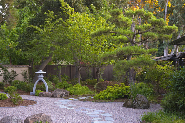 How to design a traditional japanese garden the lovely for Japanese themed garden plants